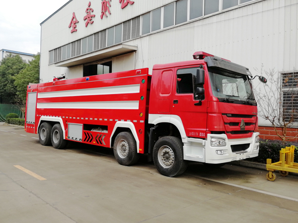 【国五】豪沃前四后八24吨水罐消防车